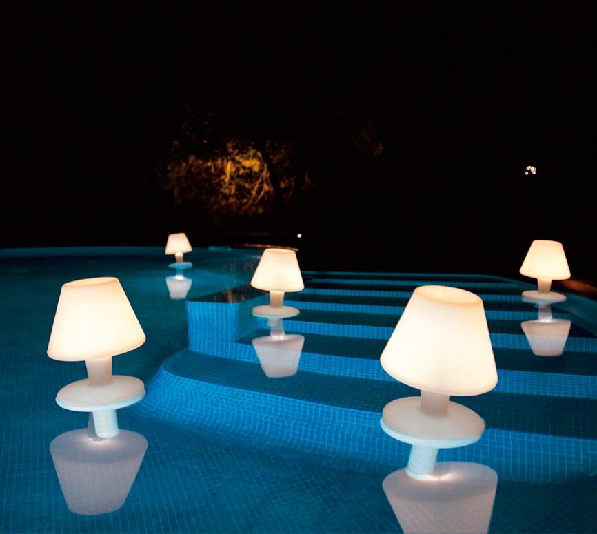11 l mparas de exterior para iluminar tus noches de verano for Lamparas para piscinas